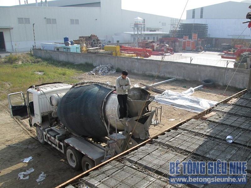 Lắp ghép sàn bê tông siêu nhẹ trên khung nhà thép tiền chế công trình nhà xưởng tại Mê Linh