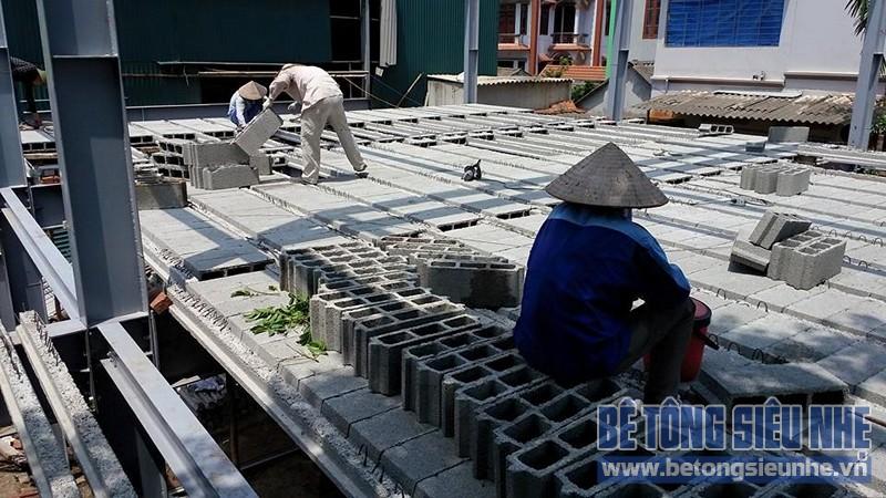 Lắp ghép sàn bê tông siêu nhẹ nhà thép tiền chế 2 tầng công trình nhà xưởng tại Nhật Tân