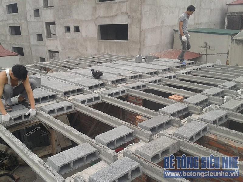 Lắp ghép sàn bê tông siêu nhẹ làm trần nhà phố công trình nhà anh Tuấn