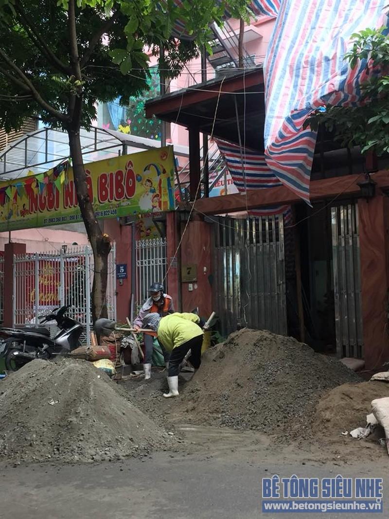 Công nhân trộn bê tông để chuẩn bị rải lên bên trên hoàn thiện sàn bê tông nhẹ