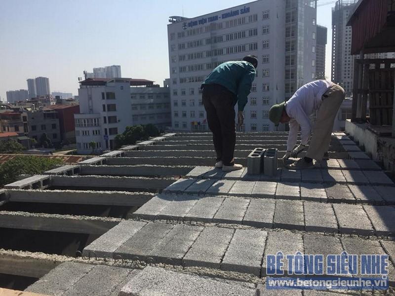 Thi công đổ trần bằng bê tông nhẹ sàn lắp ghép nhà anh Cường ở Phương Liệt, Thanh Xuân