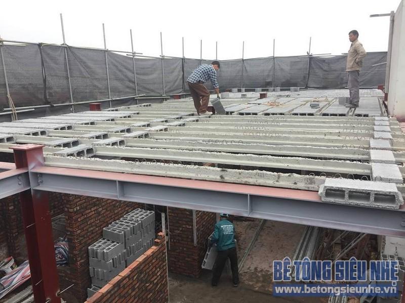 Các viên gạch block dễ dàng được vận chuyển bằng tay tại công trình thi công