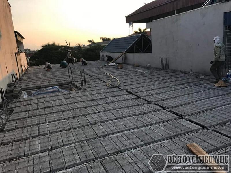 Đan lưới thép cố định phía trên sàn bê tông nhẹ