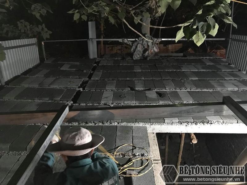 Lắp ghép gạch block tạo mặt sàn thô bằng phẳng
