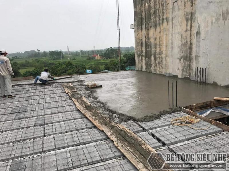 Đan lưới thép cố định bên trên và đổ 1 lớp bê tông mỏng tạo bề mặt sàn