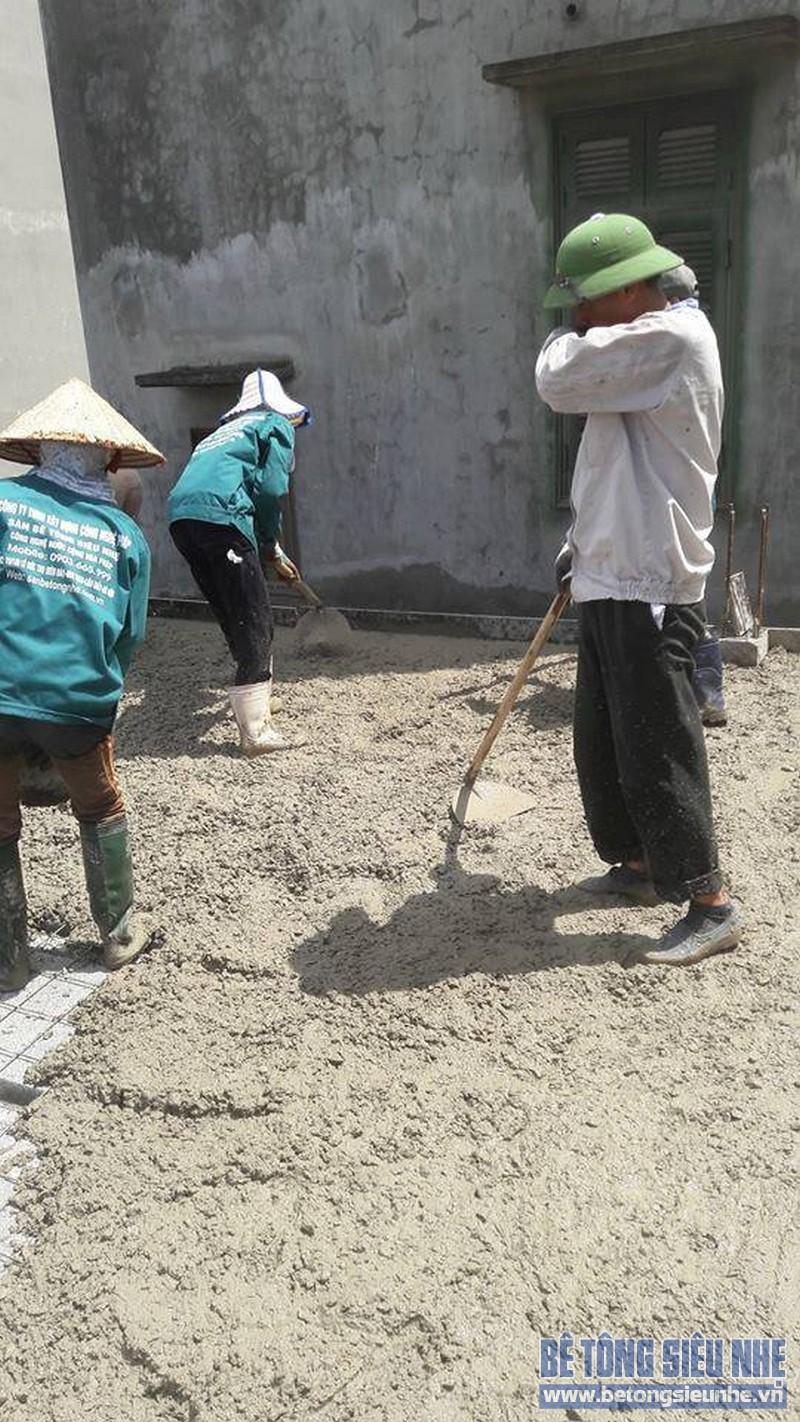 Đổ 1 lớp bê tông mỏng trên mặt sàn tạo bề mặt bằng phẳng như trần bê tông thông thường
