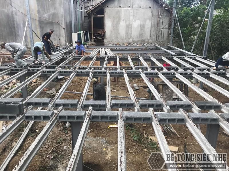 Hệ khung thép và sàn bê tông nhẹ được dựng cực chắc chắn, bền bỉ