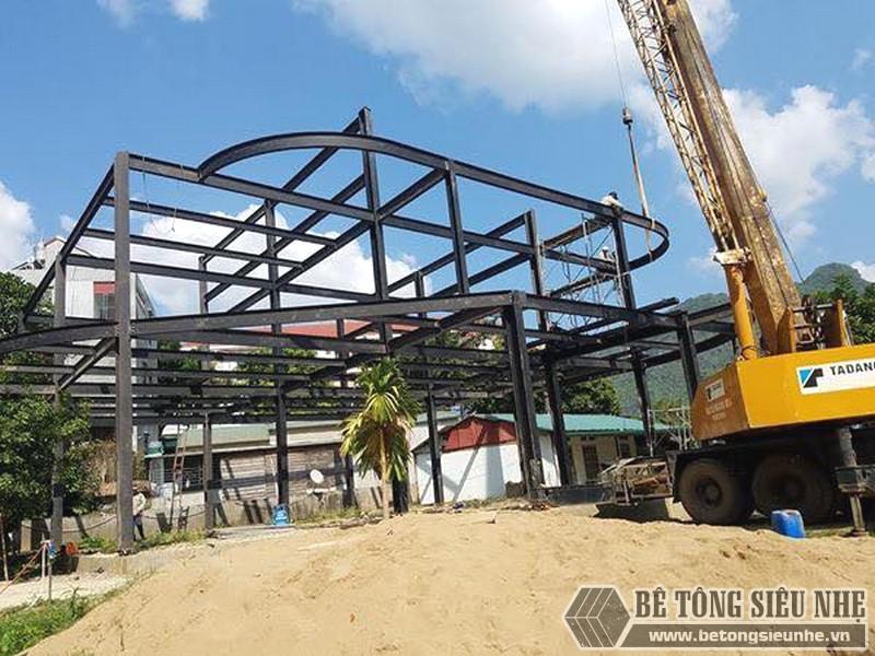 Nhà khung thép được lắp dựng tương đối hoàn thiện theo thiết kế