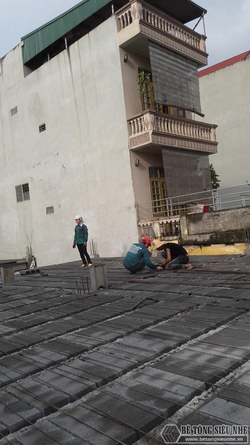 Đan cốt thép để cố định mặt sàn và tiến hành một lớp đổ bê tông dày 4 phân lên mặt sàn