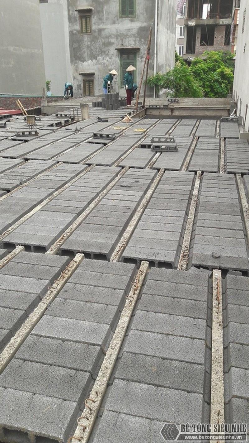 Sau khi ghép xong gạch Block sẽ đến giai đoạn đan cốt thép và đổ bê tông mặt sàn