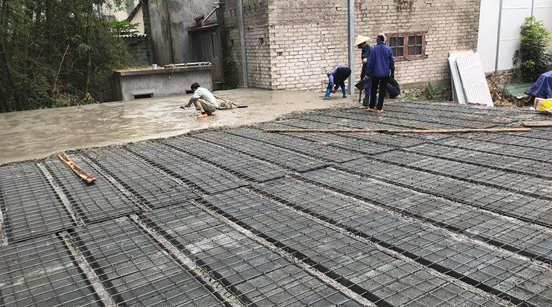 Đổ lớp bê tông mỏng tạo mặt sàn bê tông bằng phẳng
