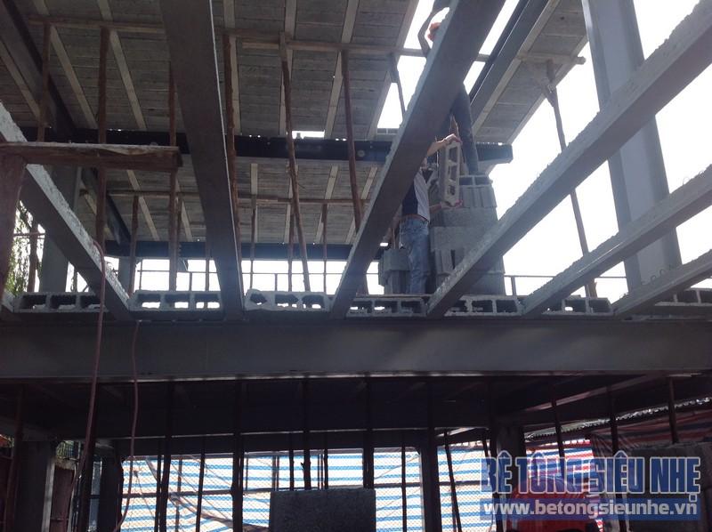 Dựng khung thép và làm sàn bê tông nhẹ đều có sự giúp đỡ của máy mọc hiện đại chuyên dụng