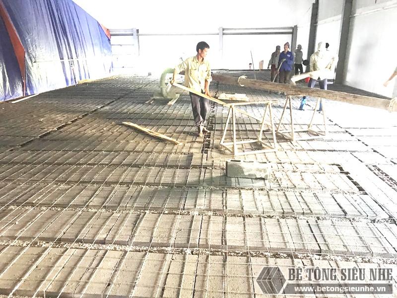 Quá trìnhđan lưới thép để giữ chặt những viên gạch block  vào các thanh dầm chịu lực (hình ảnh minh họa)