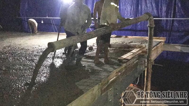 Đổ một lớp bê tông nhẹ dày 3-5cm lên trên bề mặt thép
