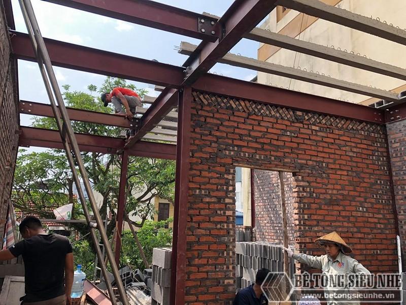 Dựng hệ khung thép và ghép sàn bê tông nhẹ tại phố cổ, Hàng Bún Hà Nội