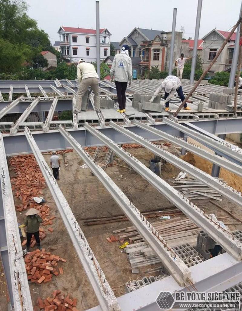 Lắp các thanh dầm dự ứng lực vào khung, kèo của mái nhà