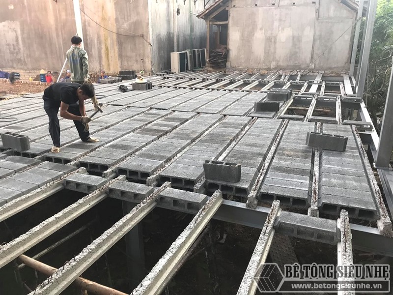 Lắp ghép các tấm bê tông nhẹ vào dầm dự ứng lực