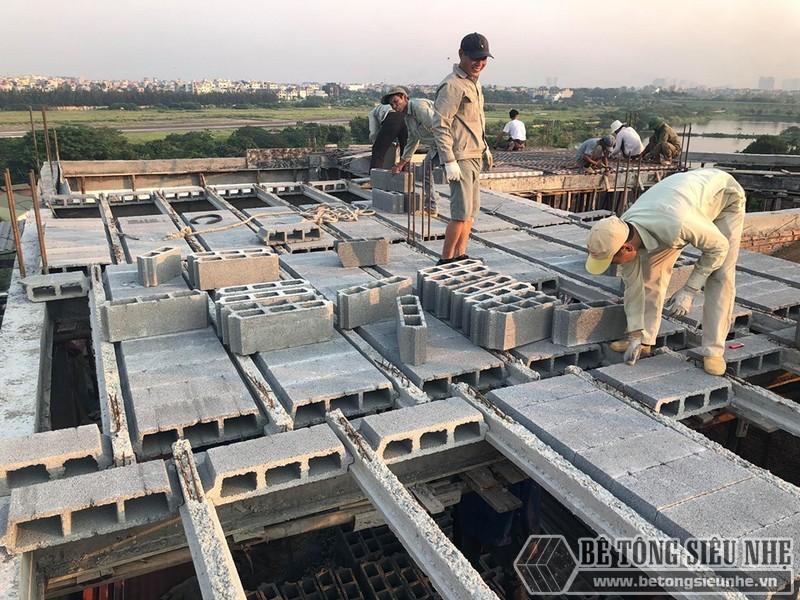 Để tiết kiệm thời gian, cứ điểm trần nhà nào được lắp dầm chịu lực xong thì sẽ được ghép gạch block ngay