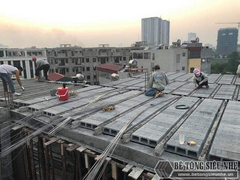 Đoạn nào đã được ghép gạch block xong sẽ được đan lưới thép luôn