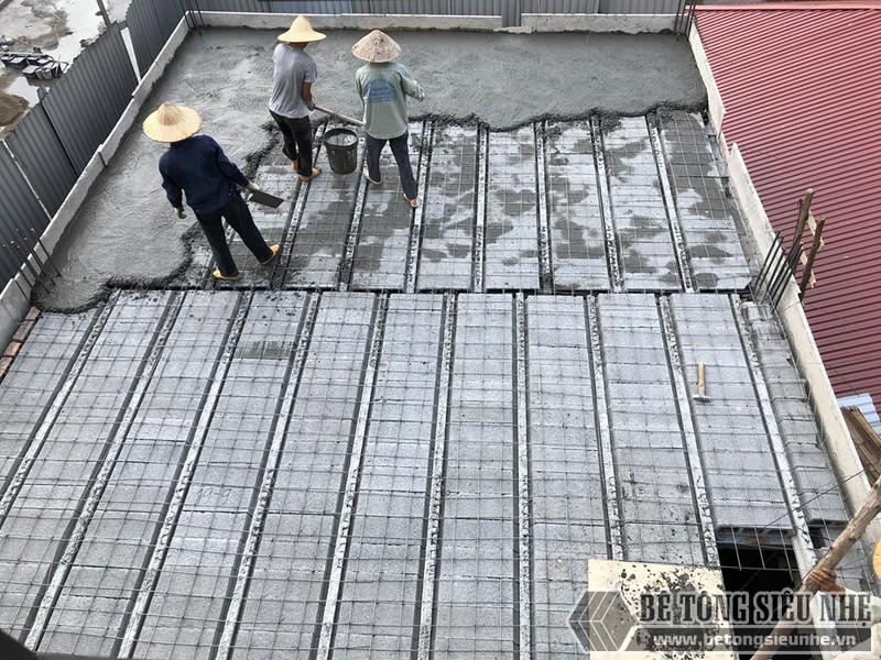 Lưới thép được đanxong cũng chính là lúc giai đoạn đổ sàn bê tông nhẹ bắt đầu
