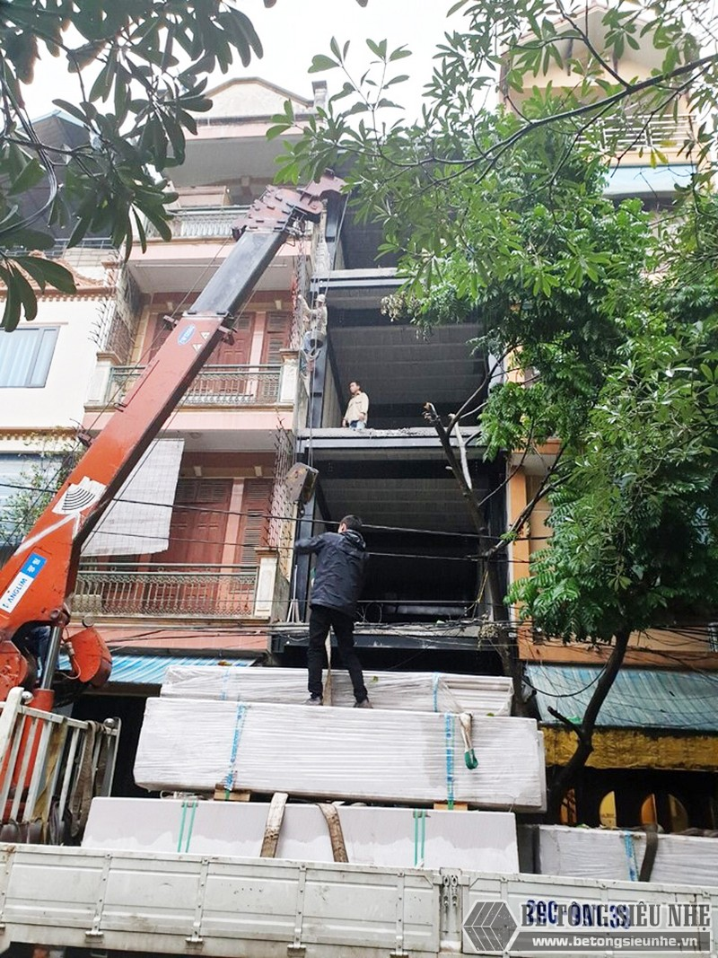 Các tấm tường bê tông siêu nhẹ đúc sẵn được vận chuyển đến công trình xây dựng