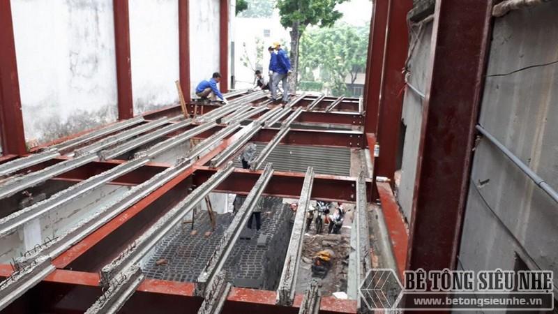 Thi công sàn bê tông nhẹ Xuân Mai - lắp dầm chịu lực lên phần mái của nhà thép tiền chế - 01