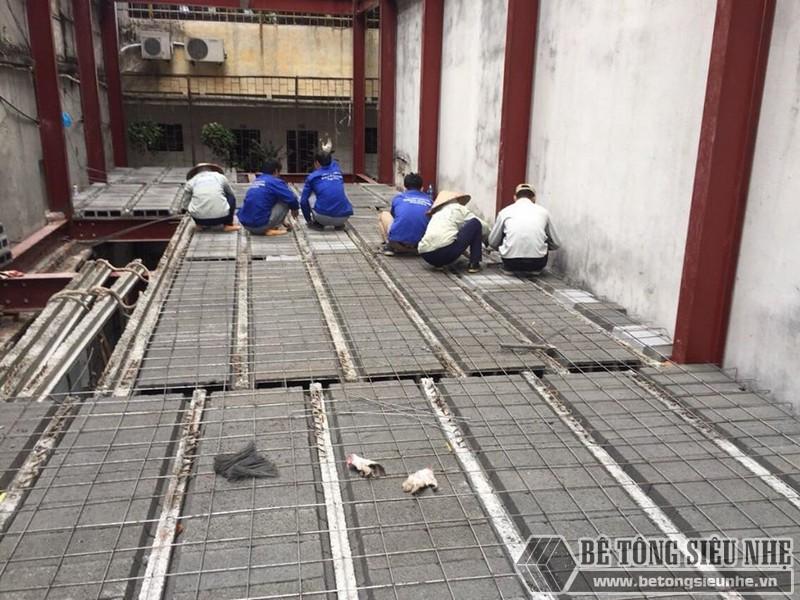 Thi công sàn bê tông nhẹ Xuân Mai - ghép gạch block lên dầm chịu lực và đan lưới thép - 01