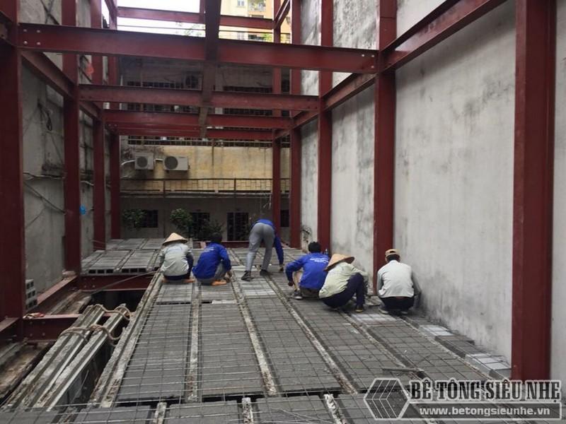 Thi công sàn bê tông nhẹ Xuân Mai - ghép gạch block lên dầm chịu lực và đan lưới thép- 03