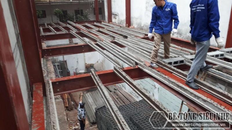Thi công sàn bê tông nhẹ Xuân Mai - lắp dầm chịu lực lên phần mái của nhà thép tiền chế - 02