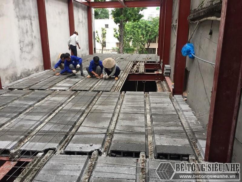 Thi công sàn bê tông nhẹ Xuân Mai - ghép gạch block lên dầm chịu lực và đan lưới thép- 04