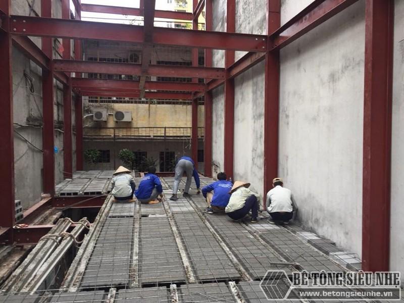 Thi công sàn bê tông nhẹ Xuân Mai - ghép gạch block lên dầm chịu lực và đan lưới thép- 05