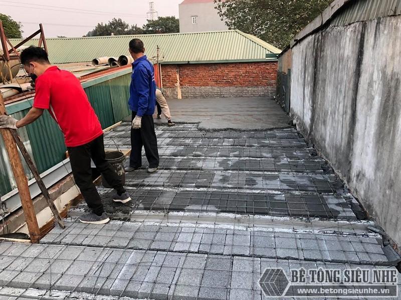 Đổ một lớp bê tông dày 4cm kín hết mặt sàn nhà