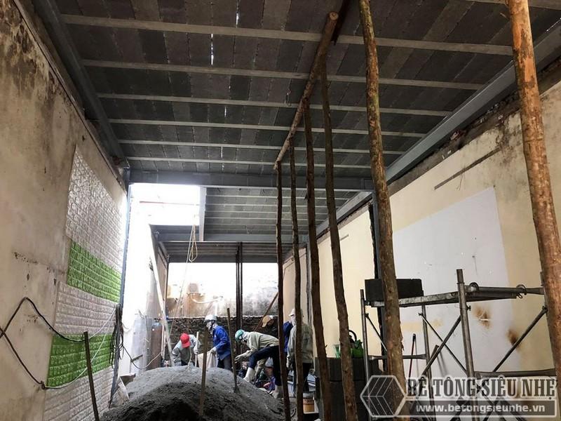 Trộn bê tông để chuẩn bị đổ sàn bê tông nhẹ