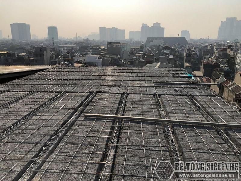 Những người thợ bắt đầu lắp dầm chịu lực vào phần mái nhà, ghép gạch block và đan lưới thép - 01