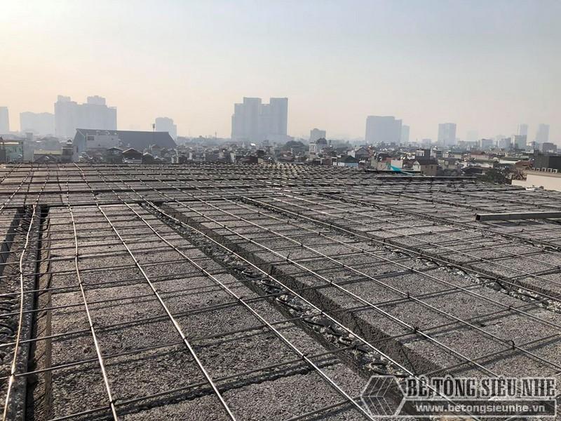 Những người thợ bắt đầu lắp dầm chịu lực vào phần mái nhà, ghép gạch block và đan lưới thép