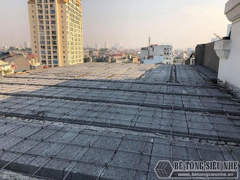 Những người thợ bắt đầu lắp dầm chịu lực vào phần mái nhà, ghép gạch block và đan lưới thép - 02