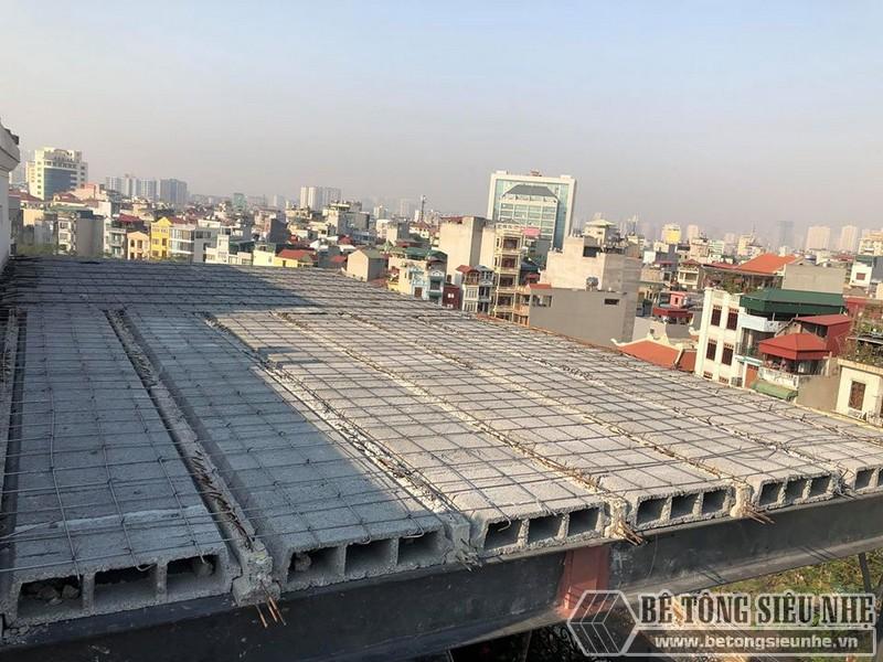 Những người thợ bắt đầu lắp dầm chịu lực vào phần mái nhà, ghép gạch block và đan lưới thép - 03