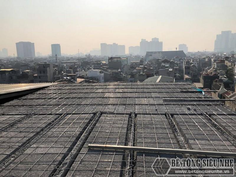 Những người thợ bắt đầu lắp dầm chịu lực vào phần mái nhà, ghép gạch block và đan lưới thép - 04