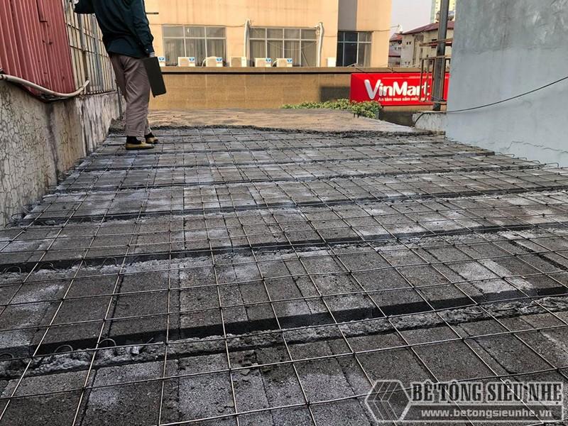 Khi lưới thép được đan xong, từng đợt bê tông sẽ được đổ lên trên bê mặt lưới thép - 04