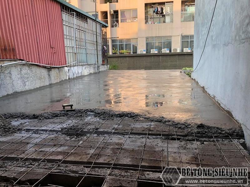 Khi lưới thép được đan xong, từng đợt bê tông sẽ được đổ lên trên bê mặt lưới thép - 05