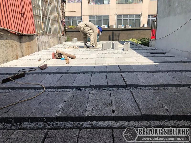 Lắp đặt dầm chịu lực đến đâu thì gạch block cũng được lấp đầy đến đó - 04