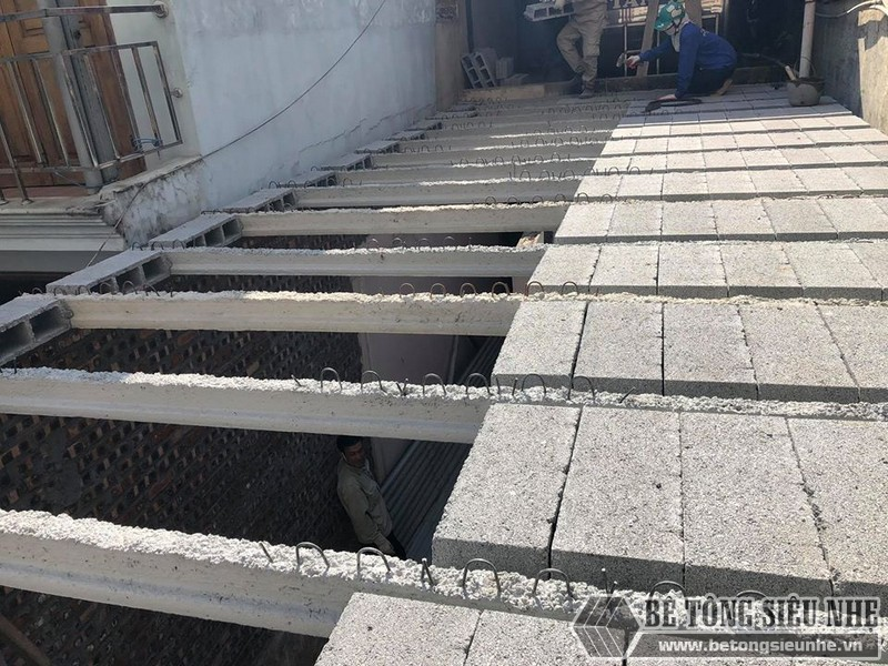 Lắp đặt dầm chịu lực đến đâu thì gạch block cũng được lấp đầy đến đó - 01