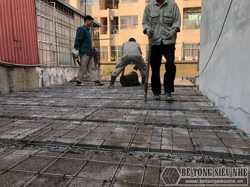 Khi lưới thép được đan xong, từng đợt bê tông sẽ được đổ lên trên bê mặt lưới thép - 01
