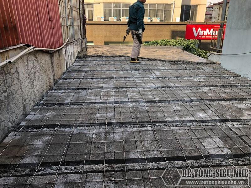 Khi lưới thép được đan xong, từng đợt bê tông sẽ được đổ lên trên bê mặt lưới thép - 02