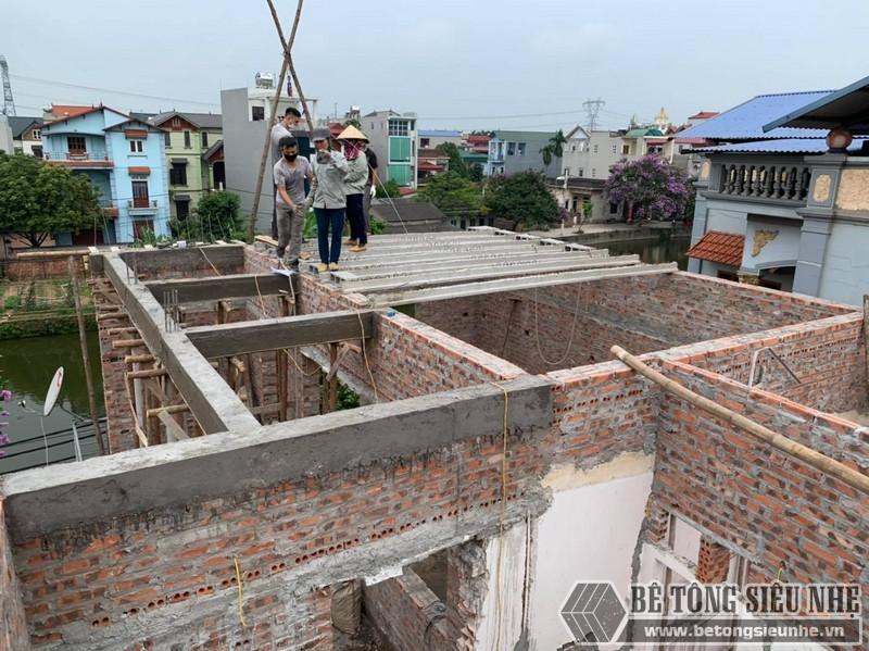 Đội thợ lắp dầm chịu lực vào mái nhà tầng 2 nhà anh Tú