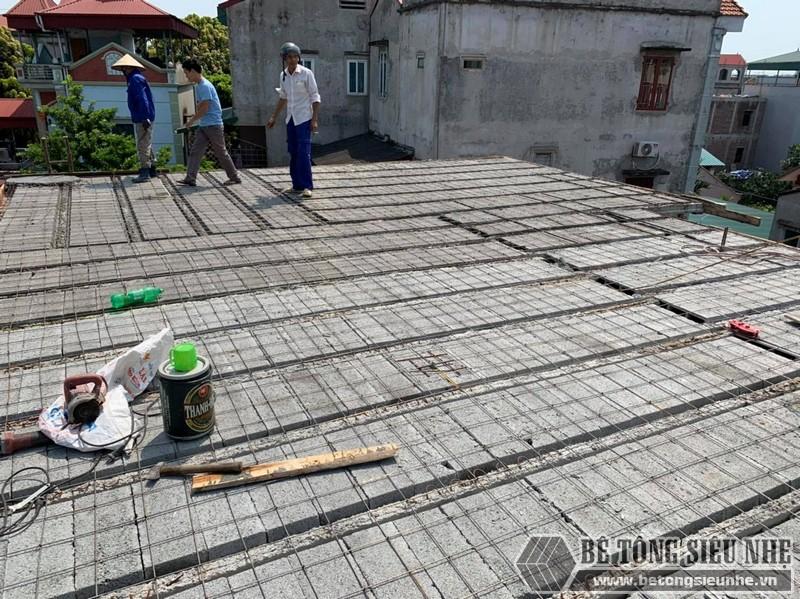 Công đoạn lắp dầm chịu lực vào mái nhà, ghép gạch block, đan lưới - 03