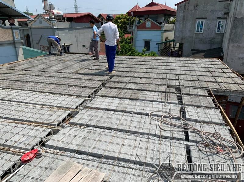 Công đoạn lắp dầm chịu lực vào mái nhà, ghép gạch block, đan lưới - 04
