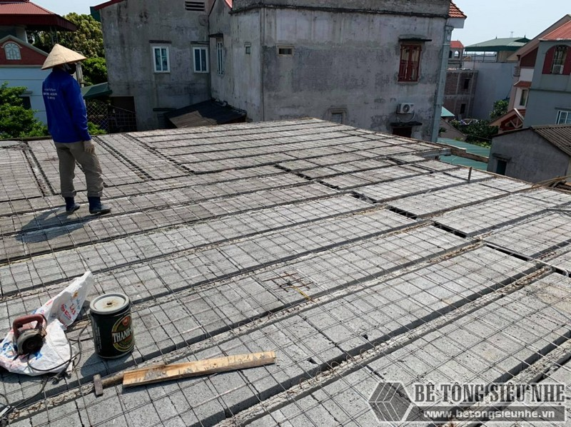 Công đoạn lắp dầm chịu lực vào mái nhà, ghép gạch block, đan lưới - 01