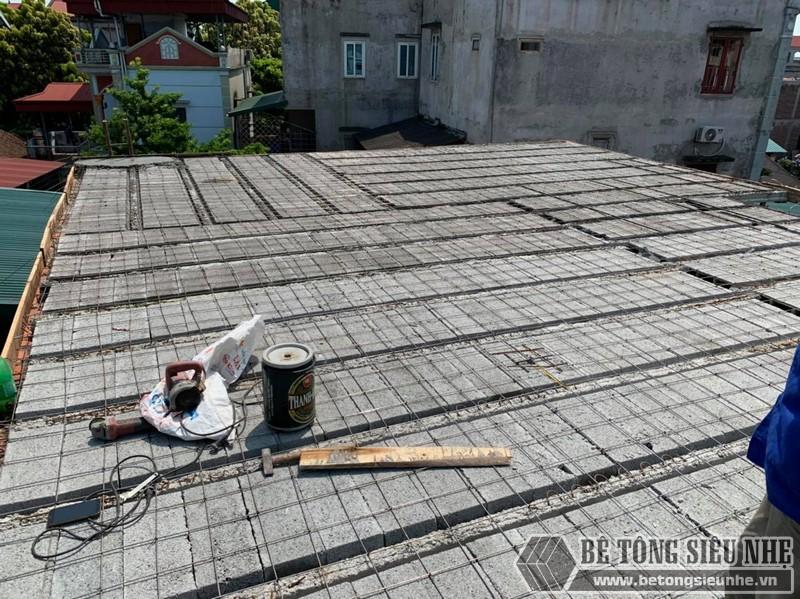 Công đoạn lắp dầm chịu lực vào mái nhà, ghép gạch block, đan lưới - 02