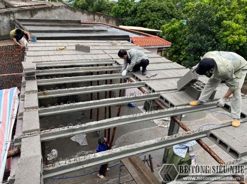 Hình ảnh đội thợ đang dựng dầm dự ứng lực tại nhà anh Trung, Hưng Yên